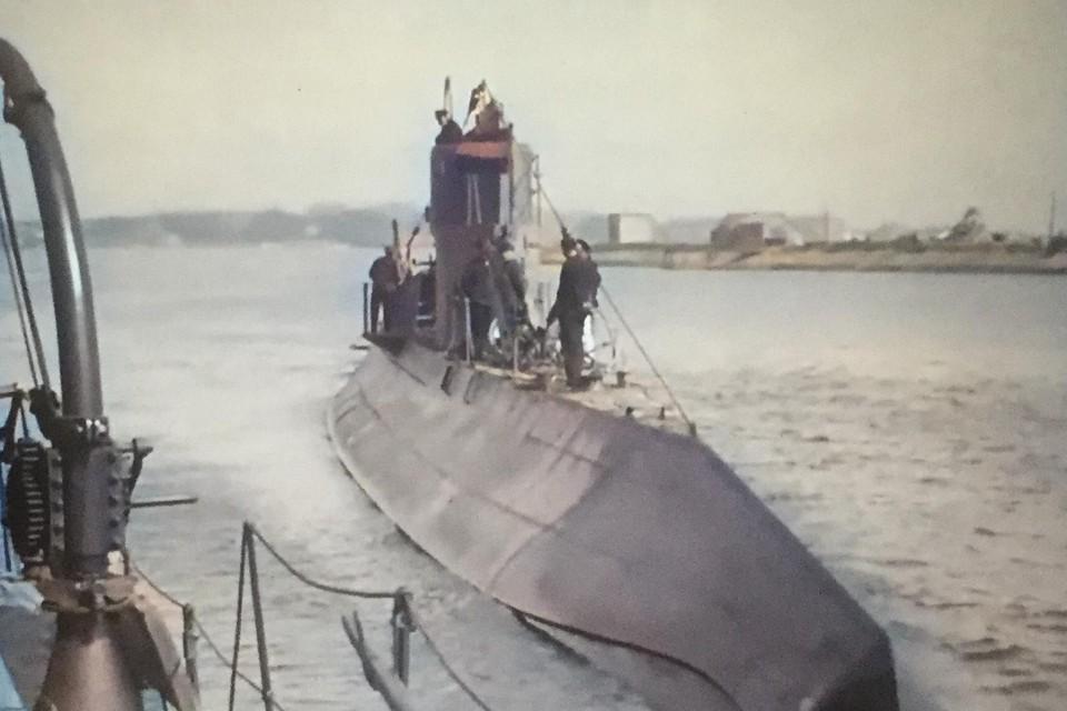 Een van de boten met de Helderse haven op de achtergrond.