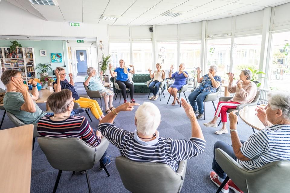 Beweegles in Huys 't Oghe in Callantsoog. ,,Bewegen is niet alleen goed voor ons lichaam, maar ook goed voor ons brein.''
