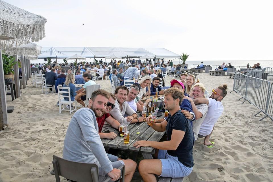 Gezelligheid bij Paal 17 op Texel tijdens een alternatieve SunBeats.