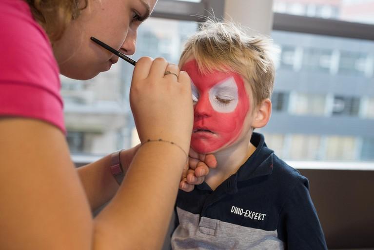 Verbouwde kinderafdeling Dijklander Ziekenhuis Hoorn geopend door bekende gezichten Britt en Iris