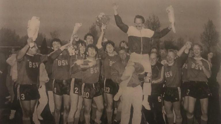 Honderd jaar voetbal in Bergen: BSV een eeuw geleden opgericht. In het dorp had zaterdag een grootse jubileumwedstrijd plaats moeten vinden tegen FC De Rebellen, maar de club is nu met hele andere dingen bezig
