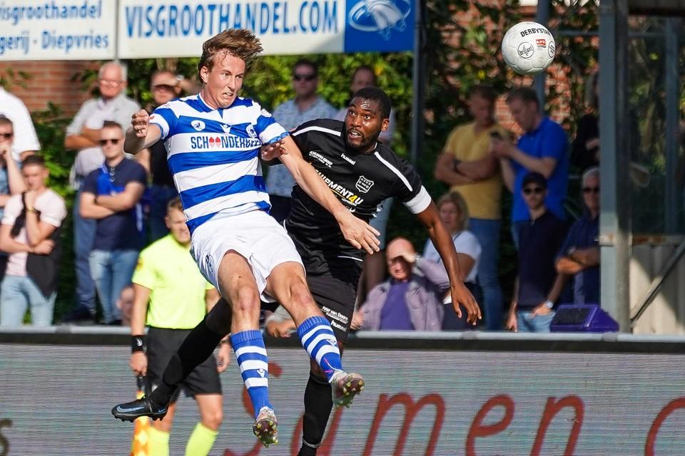 Floris van der Linden, maker van de 1-0, wint het kopduel van Jonathan Richard.