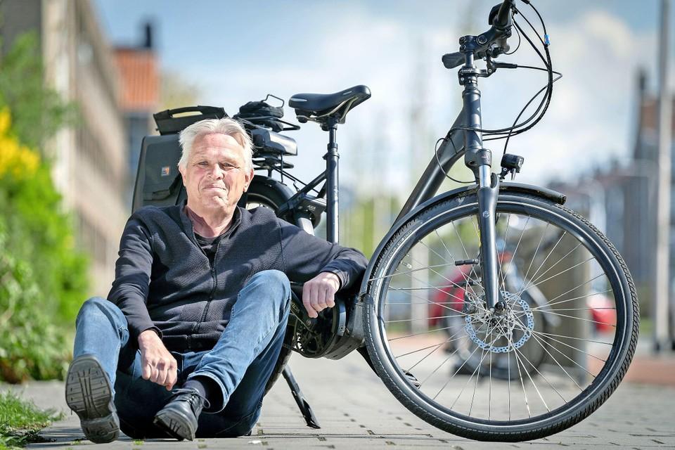 Hans Akkerman met zijn e-bike waar hij al meer dan 5.000 kilometer heeft afgelegd.