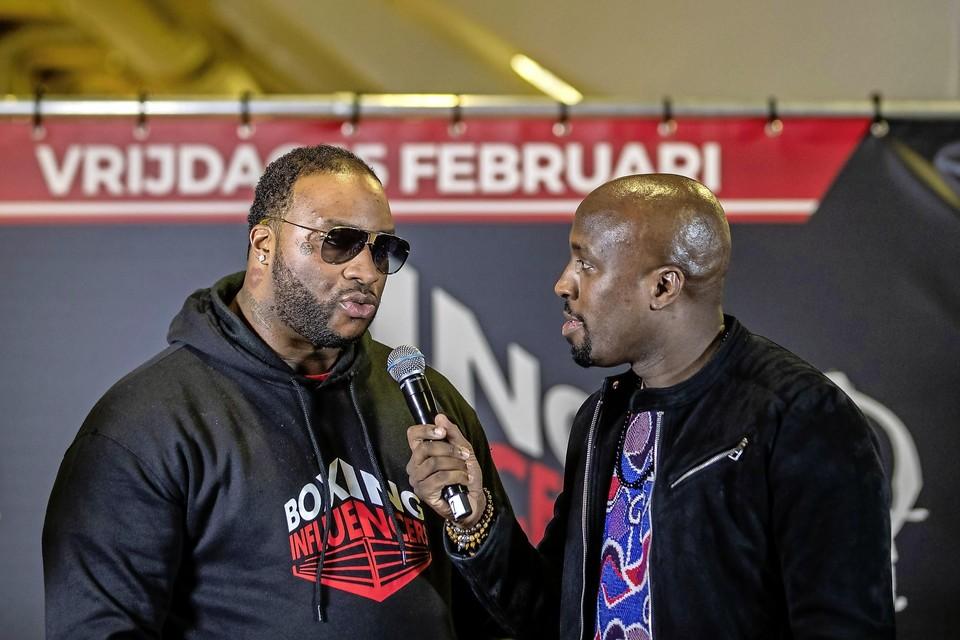 Rapper Lexxxus (links) tijdens de staredown Boxing Influencers.