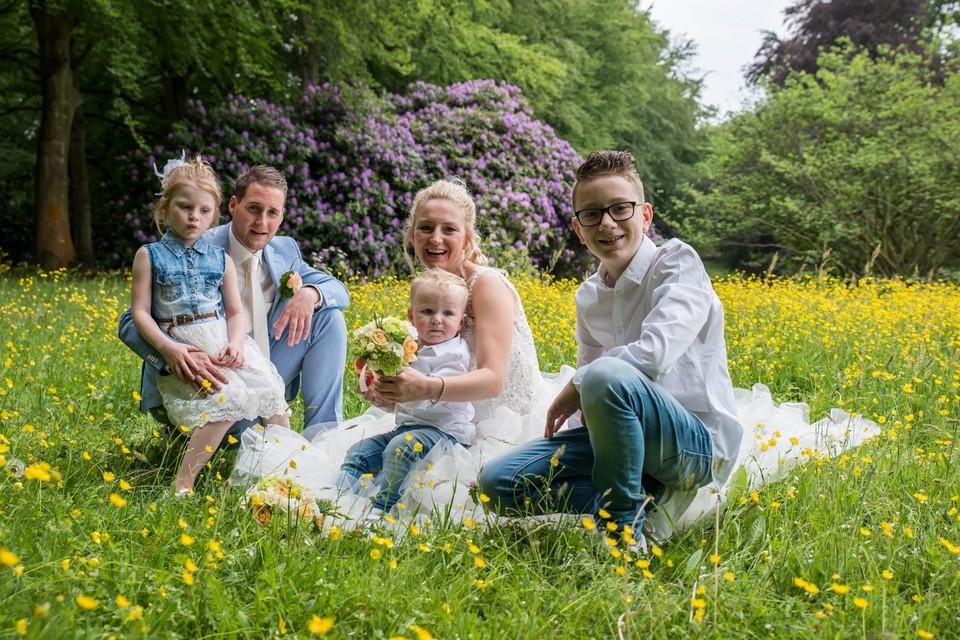 Marina, Remco en de kinderen tijdens hun recente huwelijk. Inzet: Marina met haar nekkraag.