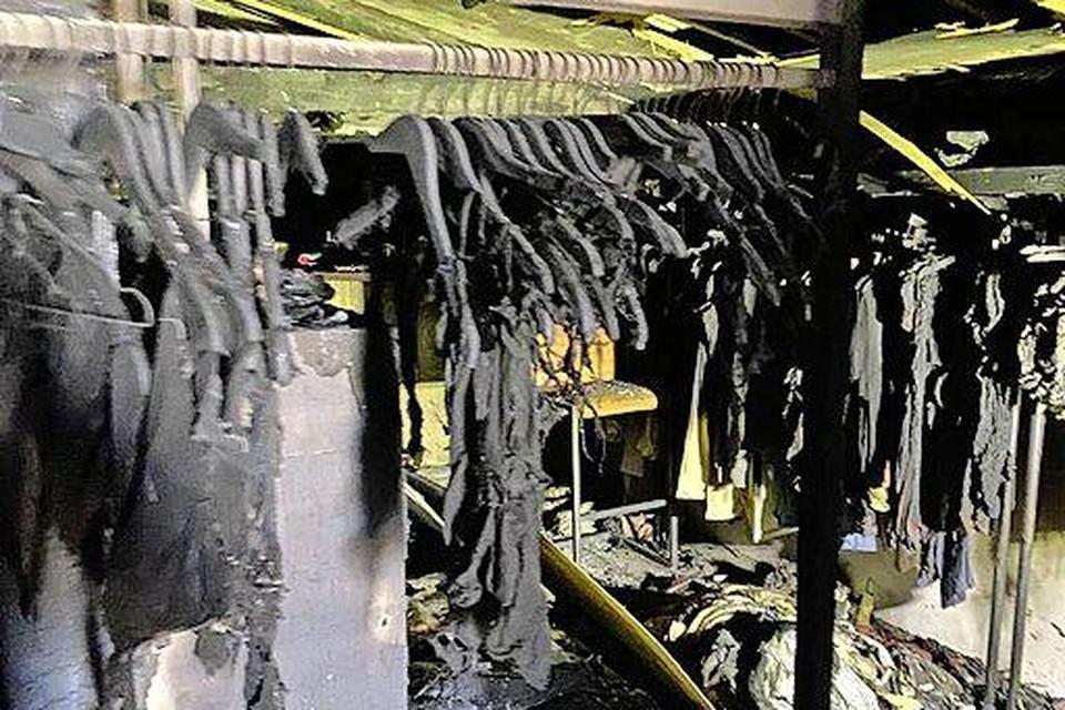 De trieste aanblik van de strandboetiek. De kleren tot bijna aan het hangertje afgebrand.