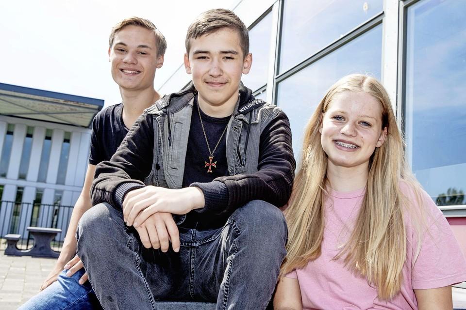 Yort Nienkemper, Quincey Heerkens en Marit Kapiteijn (vlnr) weten woensdag of ze hun vmbo-diploma hebben gehaald.