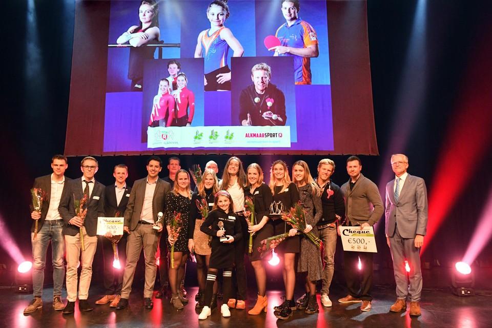De winnaars van de vijf prijzen van de Alkmaarse sportverkiezing samen op het podium van Victorie.