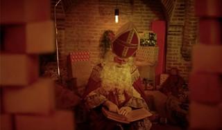 Ook online kunnen Enkhuizertjes spieken wat er in de nachtelijke uren in het Pieten Pakhuis gebeurt [video]