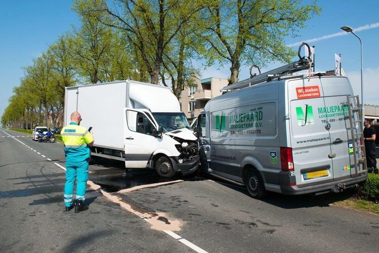 Veel hulpdiensten ingezet na botsing bakwagen en busje in Hoofddorp