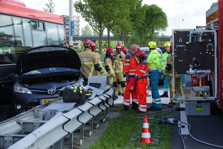 Vijf gewonden bij botsing lijnbus en auto in Purmerend [video]