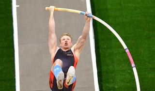 Krommeniese polsstokhoogspringer Menno Vloon katapulteert zich naar een verbluffend Nederlands indoorrecord: 5,96 meter - een verbetering van liefst 15 centimeter