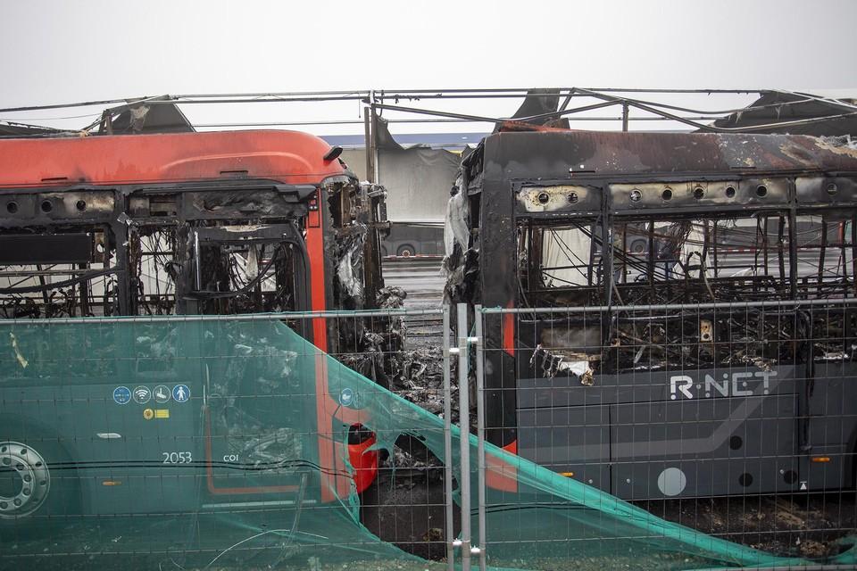 Vier bussen zijn volledig uitgebrand.
