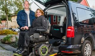 Denise Keizer is zielsgelukkig met een rolstoelauto; ms-patiënte organiseerde zelf doneeractie; 'Als invalide moet je mondig zijn'