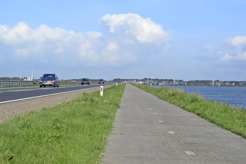 De Houtribdijk bij Enkhuizen. Volgens de provincie kan over 6 jaar worden beoordeeld of een beter busverbinding met Lelystad zin heeft.