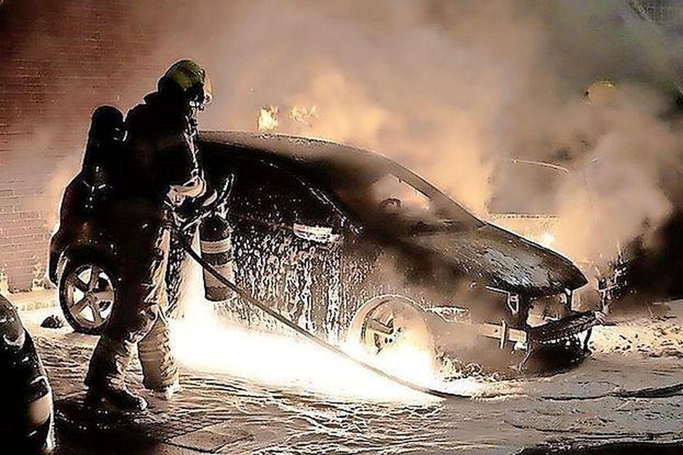 Brand in een auto aan het Louisehof in Den Helder op 24 april.