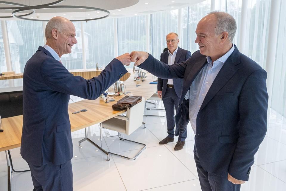 Demissionair minister Stef Blok (links) en Tata Steel-directeur Hans van den Berg begroeten elkaar voorafgaand aan het overleg in het Provinciehuis te Haarlem woensdag.