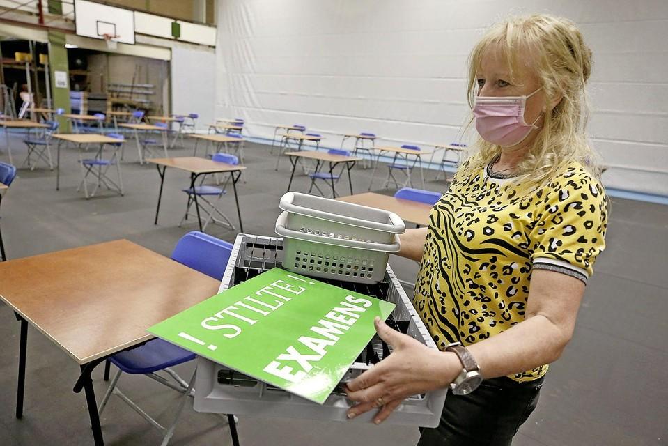 Esther Schut brengt de examenruimte op orde.