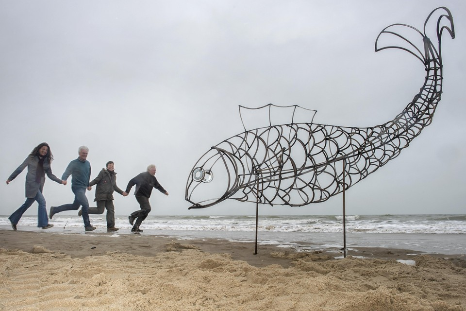 Bedenker Suzanne Buis en de makers Fred Boon, Marina Pronk en Berend Wijers bij het prototype van Catch Fish op het strand van Castricum.