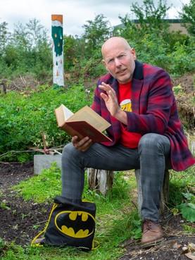 Jacob Spaander is sneldichter, verhalenverteller, punker, clown, projectbegeleider en bekijkt de wereld met de blik van een kind
