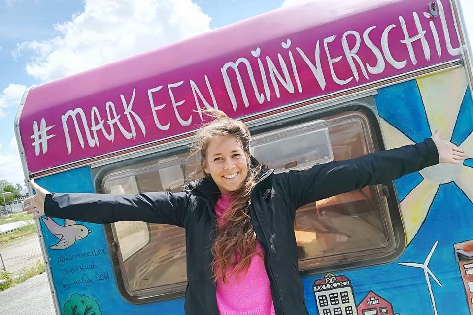 De Haarlemse Steef de Ruijter (31) gaat met haar gepimpte caravan van camping naar camping om kinderen te stimuleren om een 'miniverschil' te maken.