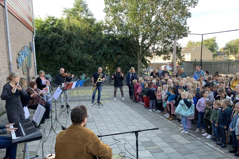 Muzikanten houden van hun vak. Dat tonen ze de leerlingen van De Hoeksteen.
