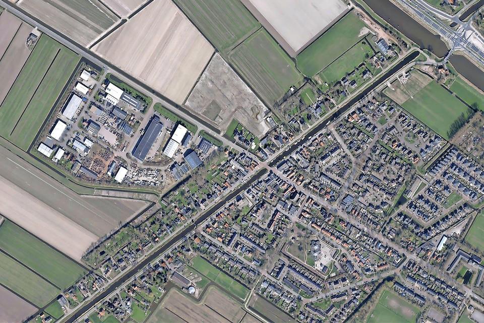 Schagerbrug, met in het midden de kruising Grote Sloot-Schagerweg. Links het bedrijventerrein, daar tegenover de beoogde bouwlocatie.