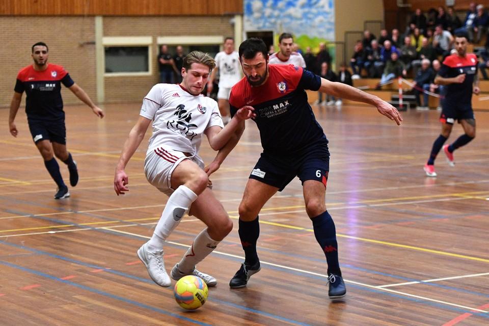 Justin Recourt probeert de bal af te schermen voor Tevfik Ceyar van FCK/De Hommel.