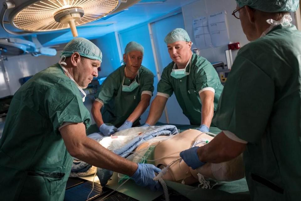 Een oefening in het hospitaal aan boord van Zr.Ms. Rotterdam