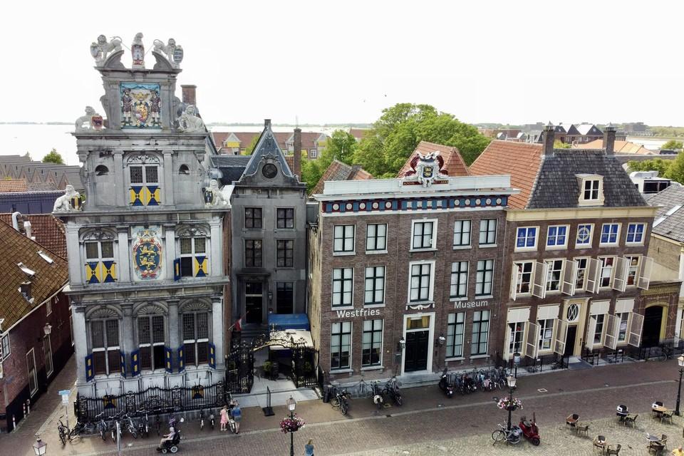 Het nieuwe Westfries Museum krijgt het rechter gebouw, Roode Steen 15, erbij.