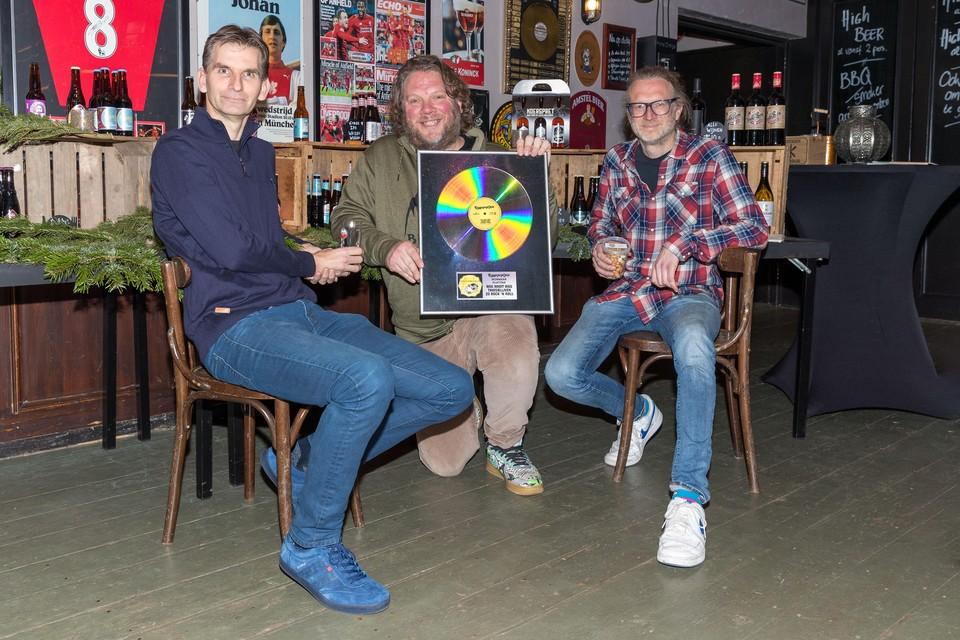 Jaap Heemskerk, Carlo Feld en Jean Paul Feld met de 'platina plaat' die 26 december te winnen is.