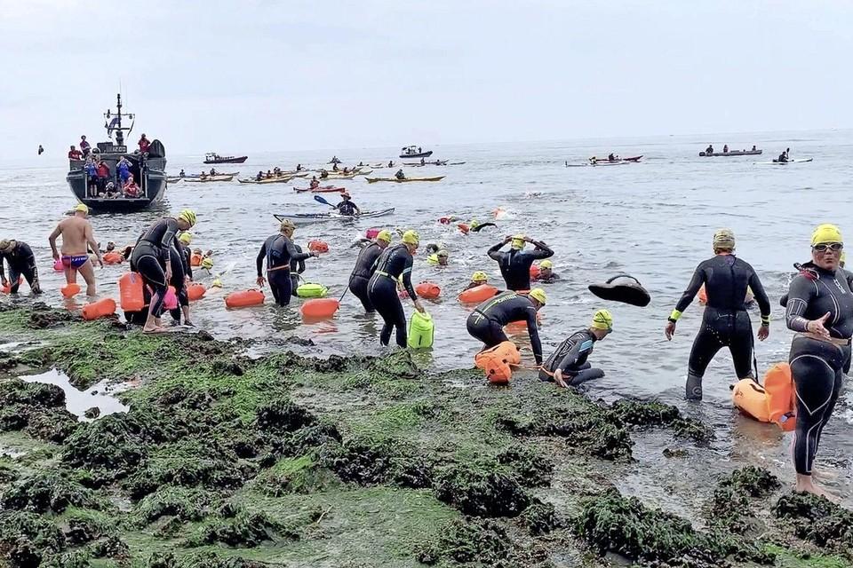 En daar gaan ze, de 43 deelnemers aan de laatste zwemtocht Den Helder - Texel, vertrekken vanaf Kaaphoofd. Op naar de overkant, met een omweggetje vanwege de stroming, vier kilometer verderop naar de Hors.