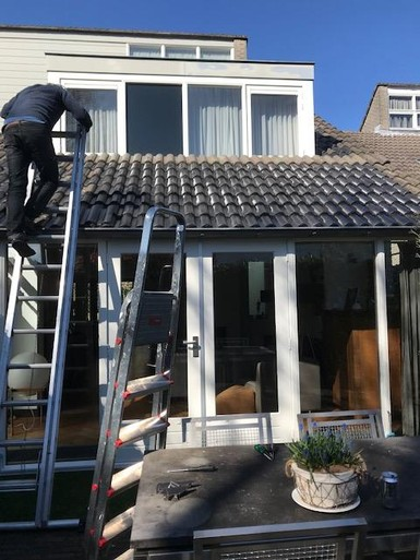 Buikspieroefeningen op het balkon óf de ladder op om dakpannen leggen; lezers van de krant blijven zo actief mogelijk