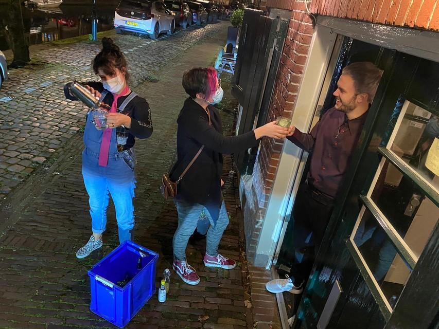 Joris Bakker hoeft de deur niet uit dankzij Julia Uijtendaal (links) en Amanda van der Tweel