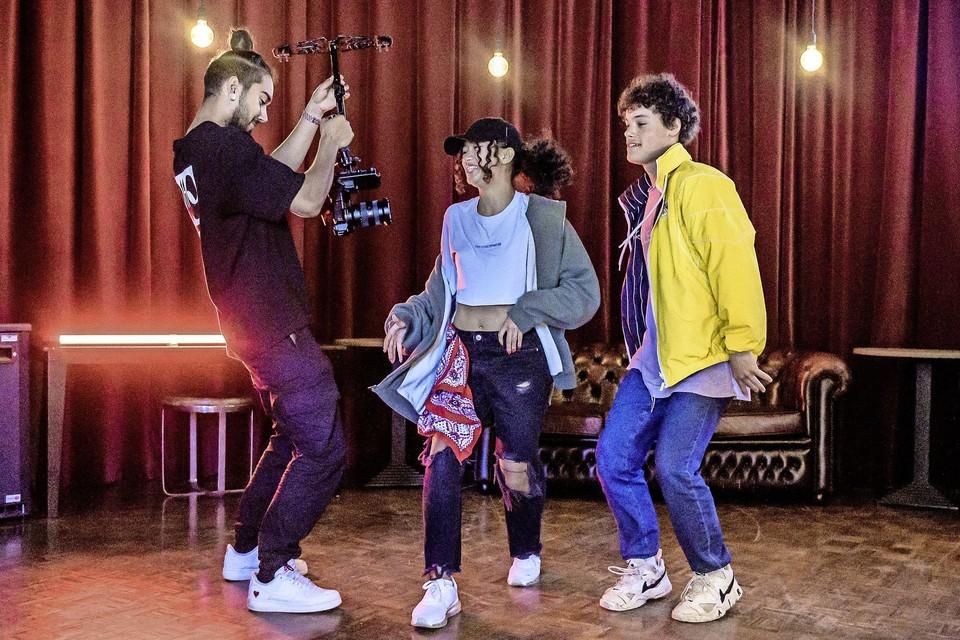Opnames voor de videoclip van de jonge hiphoppers van Solution Dance Centre voor Zaanstormend