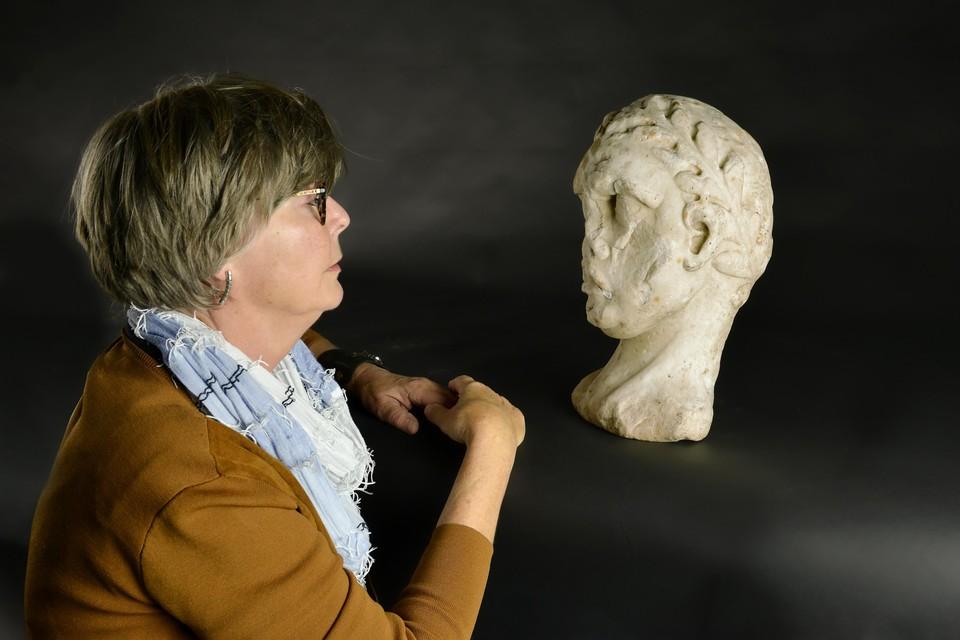Paula van Schoonhoven-Breen zag donderdag in Kaap Skil voor het eerst de Romeinse kop weer terug, waar haar familie vroeger haardhoutjes op hakte.