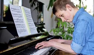 Pianist Tom ten Broecke is pas 12 en speelt nu al zonder aarzeling én uit het hoofd stukken van Debussy, Bach en Chopin: 'Piano is mijn leven' [video]