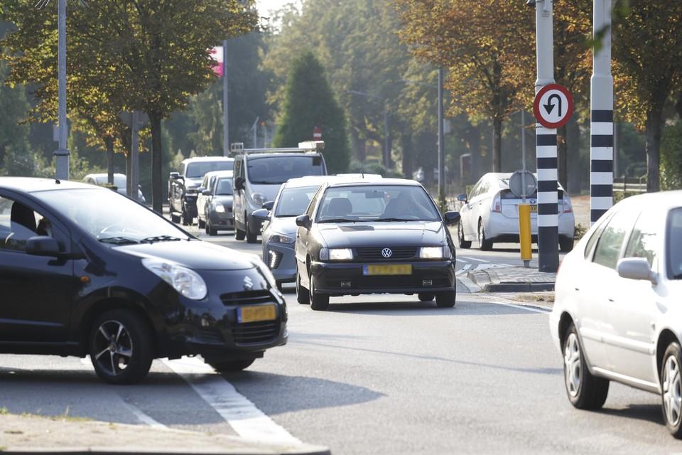Verkeersdrukte in de bebouwde kom, zoals hier op de Johan Geradtsweg in Hilversum.