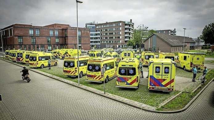 De ambulances staan klaar bij het ziekenhuis in Venlo.
