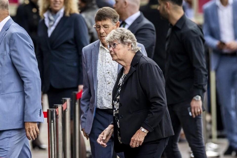 De ouders van Tanja Groen arriveren voor het besloten afscheid van Peter R. de Vries in Koninklijk Theater Carre.