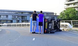 Elektrisch bezorgbusje kantelt op brug in Hoofddorp