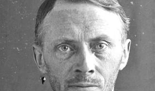 De 17-jarige Klaas Boes vermoordt zijn buurvrouw en haar nichtje. Wat bezielt het joch? Zijn moeder slaat door en doodt zichzelf, voor de ogen van haar kleine kinderen | Het drama van Schagen