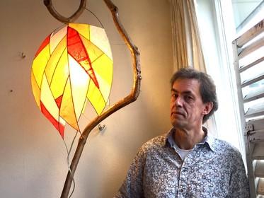 Onderweg: Lubbo de Graaf (53) maakt van in het bos gevonden takken bijzondere, kunstzinnige lichtobjecten. Alles op gevoel.
