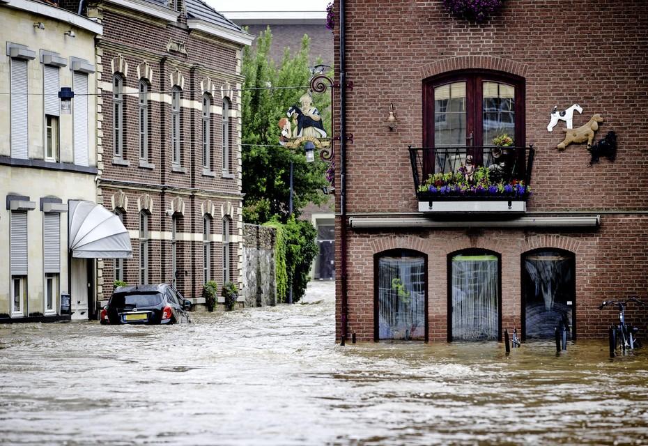 Straten in het centrum van Valkenburg stonden onder water.