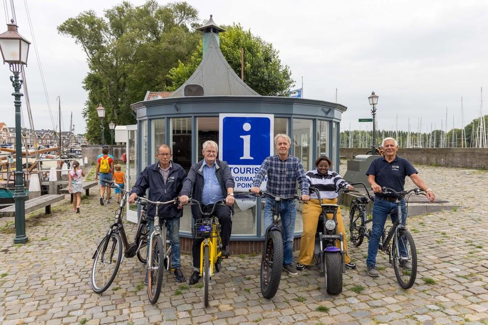 Bob Besselink (geruit overhemd) en Dick van der Pijl (op gele fiets) met medewerkers bij de voormalige viskiosk.