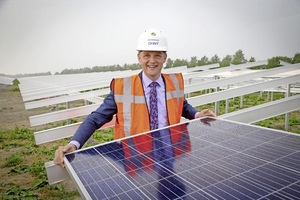 Wethouder Harry Nederpelt bij de aanleg van een zonnepark in Andijk.