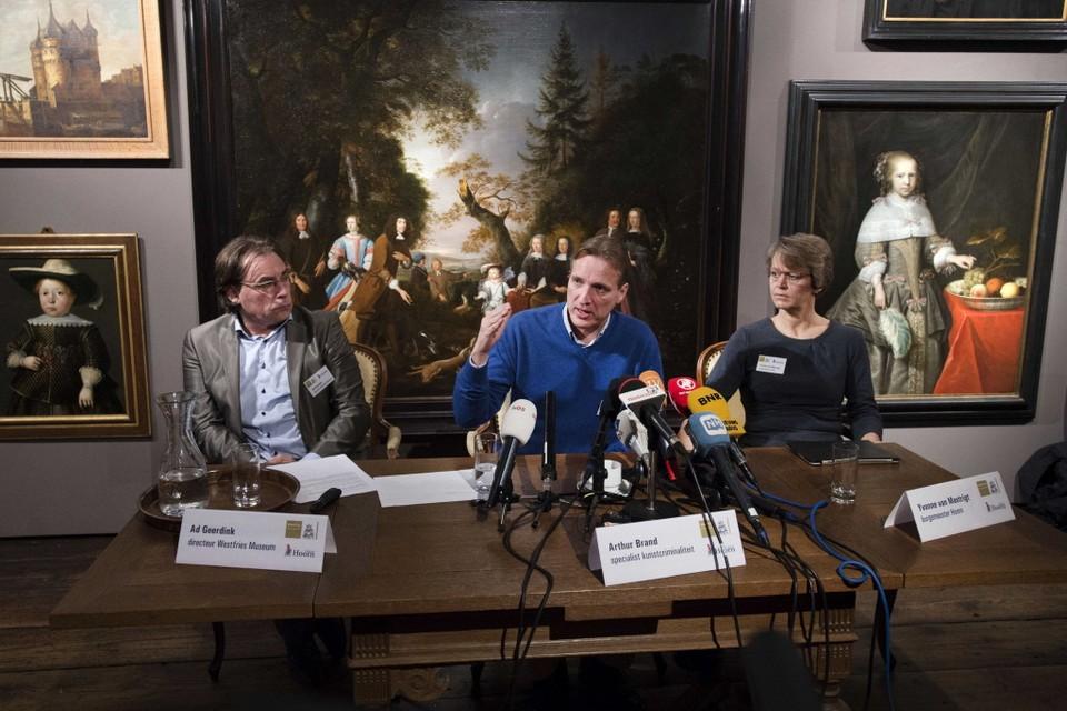 Ad Geerdink, Arthur Brand en Yvonne van Mastrigt (vlnr) tijdens de persconferentie van maandag.
