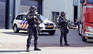 Zwaarbewapende agenten bij bedrijfspand Oudorp: politie treft grote hoeveelheid harddrugs aan [video & update]