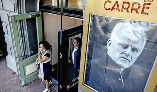 'We rouwen allemaal vandaag.' De rij voor opgebaarde Peter R. de Vries in Carré wordt alleen maar groter. 'Het is alsof je een familielid kwijt bent' [video]