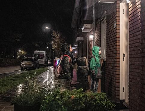 Koukleumende keuvelklantjes trotseren regen en wind in Petten, want weer of geen weer: 11 november is toch echt de dag...